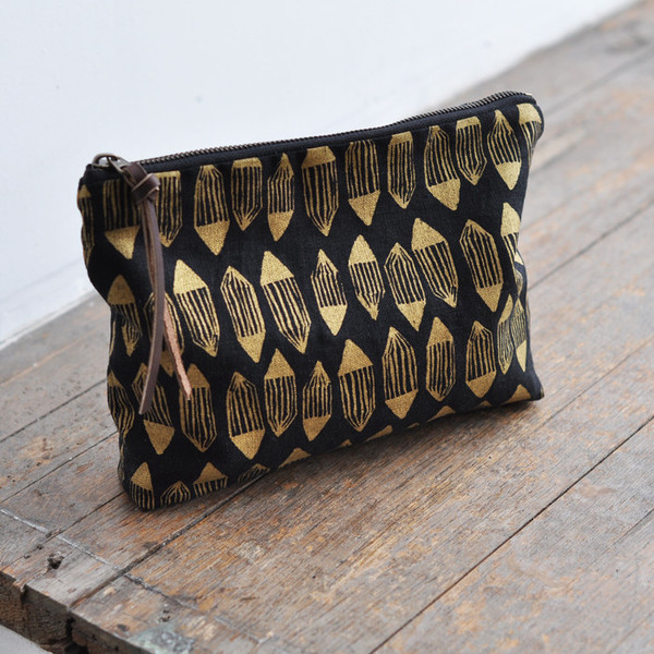 LARGE_POUCH_gold_facet_on_black_3_grande